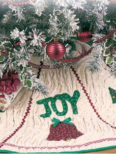 This Free Quilted Tree Skirt Pattern Uses Several Layers Of Batting To Give It A Heavier Chenille Look Appliques On The Include Joy
