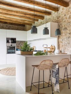 Transitional Decor 66475 The renovation of a Catalan house with stone walls and contemporary decoration - PLANETE DECO a homes world Home Decor Kitchen, Interior Design Kitchen, New Kitchen, Home Kitchens, Kitchen Stone Wall, Küchen Design, House Design, Transitional Decor, Home Remodeling