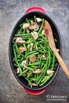 Fasole verde cu ciuperci la cuptor imbracate intr-un sos din otet balsamic, zahar, sos de soia si usturoi. Green Beans, Vegetables, Food, Vegetable Recipes, Eten, Veggie Food, Meals, Veggies, Diet