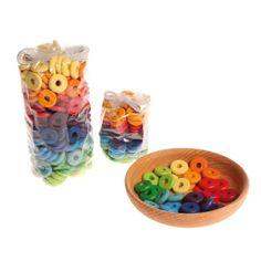 Fantásticos aros multicolor con los que tu pequeño podrá crear  joyas espectaculares. Los aros son de madera de primera calidad.  Deja que los más pequeños den rienda suelta a su imaginación creando los accesorios más originales.  Estupendo para coordinación ojo-mano y la motricidad fina.