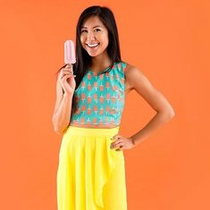 Summer isn't over yet! Make this crop top as a salute to warm weather. Diy Clothing, Sewing Clothes, Clothing Patterns, Sewing Patterns, Sewing Tutorials, Sewing Projects, Sewing Tips, Diy Projects, Diy Crop Top