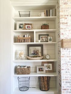 60 Brilliant Built In Shelves Design Ideas for Living Room - Family room - Shelves Living Room Remodel, Home Living Room, Living Room Decor, Living Area, Bookshelf Styling, Bookshelves Built In, Bookshelf Design, Decorating Bookshelves, Built In Shelves Living Room