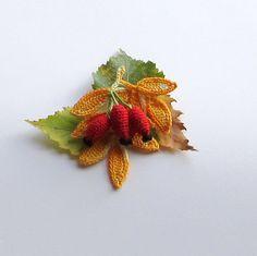 Háčkovaná brož-šípek Miluji podzim. Proto jsem se pustila do výroby háčkovaných podzimních broží. Uáčkované jsou z perlovky,vyplněné dutým vláknem a naškrobené powrtexem. Výška cca 8 cm šířka cca 7 cm. Pokud budete mít nějaký dotaz,ráda jej zodpovím. Zboží zasílám v krabičce a bublinkové obálce. Crochet Bouquet, Crochet Brooch, Crochet Motifs, Crochet Flower Patterns, Flower Applique, Thread Crochet, Crochet Flowers, Knit Crochet, Plant Insects