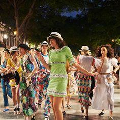 シャネルがキューバで初のショー開催 ゲバラ帽や南国モチーフがランウェイに