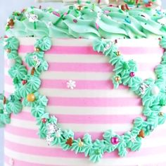 Credit: @ashley_bakescakes Christmas Desserts Easy, Simple Christmas, Christmas Cakes, Drip Cake Tutorial, Mint Chocolate Candy, Striped Cake, Dessert Decoration, Cake Decorating Tutorials, Drip Cakes
