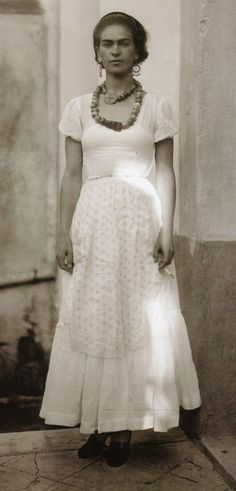 Painter Frida Kahlo was a Mexican self-portrait artist who was married to Diego Rivera and is still admired as a feminist icon. Diego Rivera, Frida E Diego, Frida Art, Black And White Portraits, Black White Photos, Frida Salma, Mexican Artists, Belle Photo, Great Artists