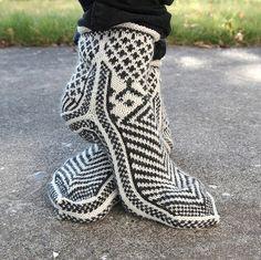 Sock ideas - i love the heel split detail. Thanks, Sarah! Crochet Socks, Knitted Slippers, Hand Knitted Sweaters, Knitting Socks, Baby Knitting, Knit Crochet, Knit Socks, Slipper Boots, Knitting Charts