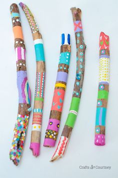 Simple Painted Stick Nature Craft for kids So next time you go on a nature walk grab a TON on unique looking sticks for this simple kids diy nature craft! Fun Crafts For Kids, Summer Crafts, Craft Stick Crafts, Toddler Crafts, Diy For Kids, Arts And Crafts, Summer Art, Craft Kids, Kids Nature Crafts