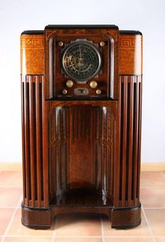 """Ultra rare, 1935 Zenith """"Stratosphere"""" 25 tube radio - shutter face open to reveal the massive dial and control knobs Vintage Tv, Vintage Antiques, Poste Radio, Nostalgic Pictures, Retro Radios, Old Time Radio, Art Deco Furniture, 1920s Furniture, Sonos"""