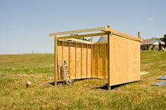 Get some latest modern easy DIY horse shelter ideas, portable shed, temporary shelters, and stalls. You can make custom horse barns yourself from wooden pallets. Get help from these images. Horse Shed, My Horse, Horses, Horse Fencing, Horse Tips, Barn Stalls, Horse Stalls, Lean To Shelter, Portable Sheds