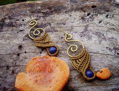 COLEÇÃO TERRA DOURADA Brinco confeccionado em macramé com peças em bronze e pedra Lápis Lázuli (pode ser feito com olho de tigre, ônix, ametista, ágata, aventurina e turquesa) Ganchos banhados em ouro  Lápis-Lazúli , conhecido também como Lápis, é uma rocha metamórfica de cor azul utilizada como gema ou como rocha ornamental desde antes de 7000 a.C. em Mehrgarh, na Índia, situado nos dias de hoje no Paquistão. A sua cor, azul-escura e opaca, fez com que esta gema fosse altamente apreciada…