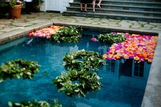 Pool as a gigantic vase - floating flowers. You can also float real or little battery powered candles. So pretty. Floating Pool Decorations, Outdoor Decorations, Floating Flowers, Outdoor Curtains, Hipster, Outdoor Entertaining, Outdoor Pool, Outdoor Spaces, California Wedding