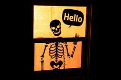 bricolage facile déco fenêtre avec un dessin de squelette