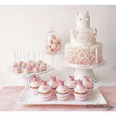 #dessertbord med #prinsesstema #princesstheme #desserttable #firstbirthday #firstbirthdayparty #pink #sweet #sweettooth #sweettable #prinsesskalas #candy #babygirl #dop #namngivning #cupcakes #cakepops #cake #tårta #barntårta #kidscake #macarons #rufflecake #pastel Baby Girl Christening Cake, Baby Girl Birthday Cake, 1st Birthday Cakes, Baby Birthday Decorations, Ruffle Cake, Cupcake Cookies, Cupcakes, Girl Cakes, Fondant Cakes