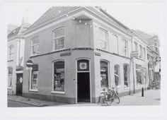 """Winkel van Steven Volp aan de Krommestraat 29, hoek Achter het Oude Stadhuis. Hier worden miniatuur treinen met toebehoren en artikelen voor modelbouw verkocht. Aan de overkant van de Krommestraat, op nummer , heeft Steven Volp een winkel in """"creatieve vrijetijdsartikelen""""."""