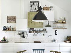 Asymmetriske kjøkkenskap. Blanding av åpne hyller og kjøkkenskap. Ikke nødvendigvis symmetri, men balanse i komposisjonen!