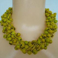Maxi colar verde feito com sementes de açaí e fio encerado, esse colar é torcido na hora de usar. R$ 25,00
