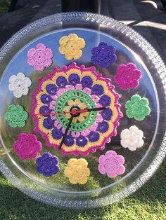 Çiçekli örgü saat modeli