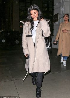 Kendall and Kylie Jenner go to dinner in New York and meet with Kris Dressed down: Kylie, opted for a layered look with baggy camel hued coat, casual trousers and black trainers Kylie Jenner Daily, Kylie Jenner Outfits, Kylie Jenner Style, Kendall And Kylie Jenner, Kylie Jenna, Kylie Baby, Las Jenner, Estilo Kylie Jenner, Jenner Girls