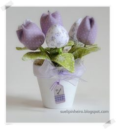 Tulipanes en tela Felt Flowers, Diy Flowers, Fabric Flowers, Paper Flowers, Cute Crafts, Crafts To Do, Diy Y Manualidades, Fabric Postcards, Fabric Ribbon