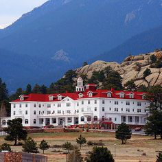 The Stanley Hotel in Estes Park, Colorado. Stunning Photos of Some of America's Most Haunted Places Haunted Hotel, Haunted Towns, Real Haunted Houses, Creepy Houses, Most Haunted Places, Spooky Places, Places Around The World, The Places Youll Go, Places To Visit