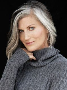 Grey Hair Don't Care, Long Gray Hair, Pelo Color Plata, Silver Haired Beauties, Silver White Hair, Grey Hair Inspiration, Gray Hair Growing Out, Mom Hairstyles, Pelo Natural