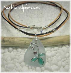 綺麗なシーグラスにNaturalPieceオリジナルのモチーフを施した大人可愛い革紐のネックレスです。(#^.^#)浜辺の宝石と呼ばれる『シーグラス』を使った...|ハンドメイド、手作り、手仕事品の通販・販売・購入ならCreema。