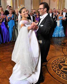 Die jüngste royale Hochzeit rührte Millionen zu Tränen: Nach sieben Jahren durfte Victoria von Schweden am 19. Juni 2010 endlich ihren Daniel Westling heiraten! Die Märchenhochzeit der Kronprinzessin und ihres ehemalige Fitnesstrainers war an Romantik kaum zu bertreffen.
