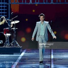558 mentions J'aime, 4 commentaires – Kings Updates. (@kingsdailyupdates) sur Instagram : « Harry Styles performs on the runway during the 2017 Victoria's Secret Fashion Show In Shanghai. »