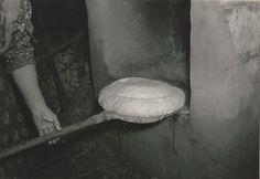 A kenyér bevetése kemencébe. Szabadszállás, 1962.