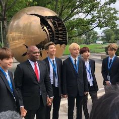 Guys I'm so proud of them omg I cant explain. But the again I look closely and namjoon and jungkook are holding his hands ahaahahhahahaha y am I like this they're so cute Seokjin, Namjoon, Taehyung, Jungkook Jeon, Bts Bangtan Boy, Bts Boys, Jung Hoseok, Jung Kook Bts, Meme Photo