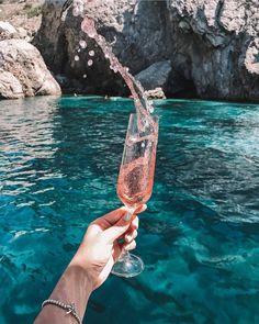 Cheers to the weekend! #lapassionduvin #wineswirls 📸@justnataliya