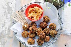 Vegetarisch hapje voor bij de borrel aan de picknicktafel - Recept - Aubergineballetjes met mascarponedip - Allerhande