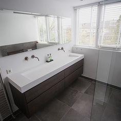 Corian wastafel op houten badkamermeubel