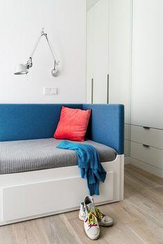 Una cama/sofá de este tipo para la habitación de los chic@s nos parece un acierto. Bonito contraste de colores entre el blanco del espacio y el color de los textiles. Lámpara moderna y funcional, #Tolomeo de #artemide   #HabitaciónJuvenil   Nowe Orłowo, Gdynia, 2014 - Dragon Art Design Studio, Marta Piątkowska