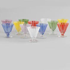 Set de 12 copos dos anos 50, 9cm de altura, 1,490 USD / 1,310 EUROS / 5,310 REAIS / 9,530 CHINESE YUAN soulcariocantiques.tictail.com