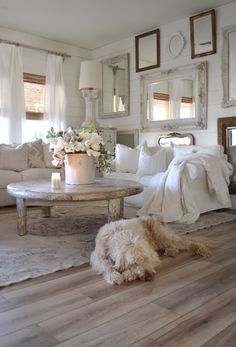47 Inspiring Shabby Chic Living Room Ideas - Have smart thoughts when you want to decorate a room cheaply and nicely. Some people believe that redecorating a living room will involve a big budget. Vintage Porch, Vintage Farmhouse Decor, Shabby Chic Farmhouse, Rustic Chic Decor, Farmhouse Front, Farmhouse Ideas, Vintage Shabby Chic, Modern Farmhouse, Farmhouse Style