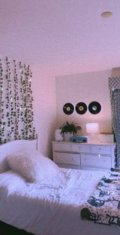 Minimalist Home Interior Cute Bedroom Decor, Room Ideas Bedroom, Teen Room Decor, Teen Bedroom, Bedroom Inspo, Indie Room, Neon Room, Cute Room Ideas, Bedroom Wall Collage