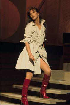 Jane Birkin style look trench-coat Charlotte Gainsbourg, Estilo Jane Birkin, Jane Birkin Style, Vogue Paris, Gainsbourg Birkin, Serge Gainsbourg, Dress Like A Parisian, Parisian Chic, Carrie Bradshaw