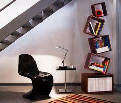 aménagement sous escalier avec des rangements muraux en bois, chaise Pantonne noir laqué et tapis multicolore