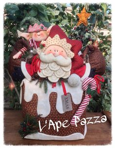 Santa y duende sobre dulce Christmas 2016, Felt Christmas, Christmas Humor, All Things Christmas, Christmas Wreaths, Christmas Ornaments, Santa Crafts, Holiday Crafts, Holiday Decor