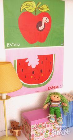 A Estela le gustan mucho las frutas y adorna su cuarto con mini posters plastificados de algunos de nuestros diseños infantiles.