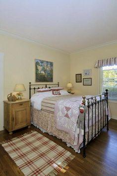 Breathtaking 30+ Farmhouse Bedroom Decor Ideas For Comfortable Antique Bedroom http://decorathing.com/bedroom-ideas/30-farmhouse-bedroom-decor-ideas-for-comfortable-antique-bedroom/