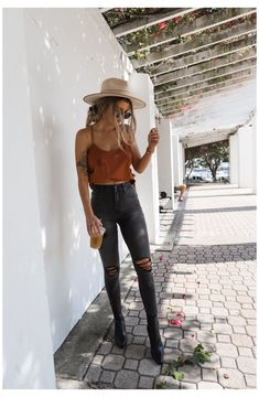 Outfit Jeans, Black Jeans Outfit Summer, Black Skinny Jean Outfits, Outfits With Black Jeans, Dress Shoes With Jeans, Black Hat Outfit, Black Ripped Jeans Outfit, Dress And Sneakers Outfit, Summer Jeans
