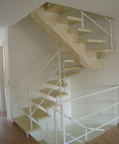 Escada entregue com pintura marmorizada.
