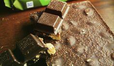 - Dunkle Mandel Quinoa: - Dunkle Halbbitter-Schokolade mit ganzen Mandeln (21%), Haselnussmasse (5%) und Quinoa-Crisp (3%). Kakao: 50% mindestens im Schokoladenanteil