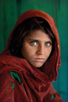 "🌹🇵🇰📷😍🔥💙❗️ Steve McCurry's ""Sharbat Gula, Afghan Girl"", Peshawar, Pakistan, Best Portrait Photographers, Best Portraits, Photography Women, Portrait Photography, Afghan Girl, Most Beautiful Eyes, Model Face, Expositions, Human Art"