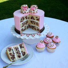 Torta rosada animal print con zapatitos de bebé y cupcakes | Ideas Deco - Tortas