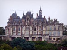 Château de Montigny-le-Gannelon : Façade du château et arbres, dans la vallée du Loir