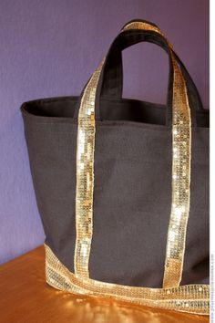 Un jour, un cadeau home-made. Diy Bags Patterns, Diy Sac, Pouch, Wallet, Messenger Bag, Sewing Projects, Homemade, Purses, Tote Bag